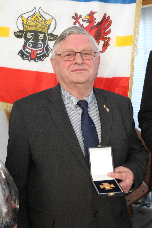 Franz Wego wurde mit dem Deutschschen Reiterkreuz in Gold ausgezeichnet, Verbandsgründungsmitglied und langjähriger Vorsitzender der Landeskommission MV. Foto: Jutta Wego
