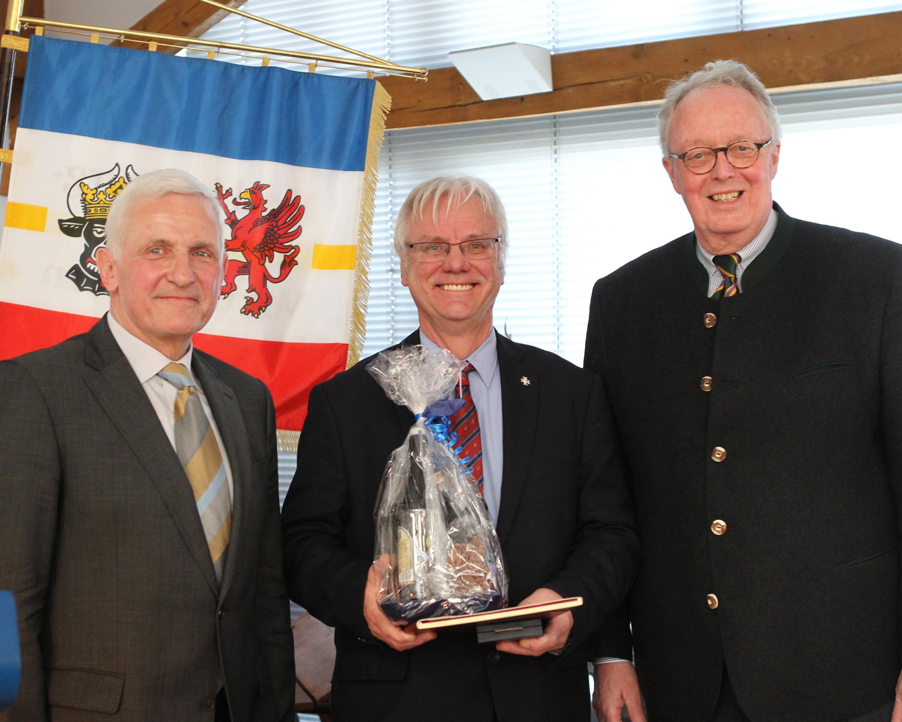 FN-Vizepräsident Dieter Medow (r.) und MV-Verbandspräsident Dr. Burkhard Dittmann haben Hans-Joachim Begall am 30. März in Güstrow zur Auszeichnung mit dem Deutschen Reiterkreuz in Silber gratuliert. Foto: Jutta Wego