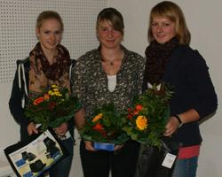 Gesche Beerbaum (r.) hat den Vielseitigkeitscup der Junioren gewonnen. Vorn dabei auch Flora Reemtsma (l.) und Nadine Finkl. Fotos: Wego